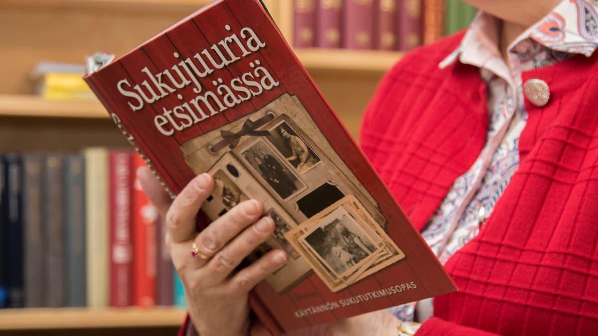 Riitta Heinonen lukee Sukujuuria etsimässä -kirjaa