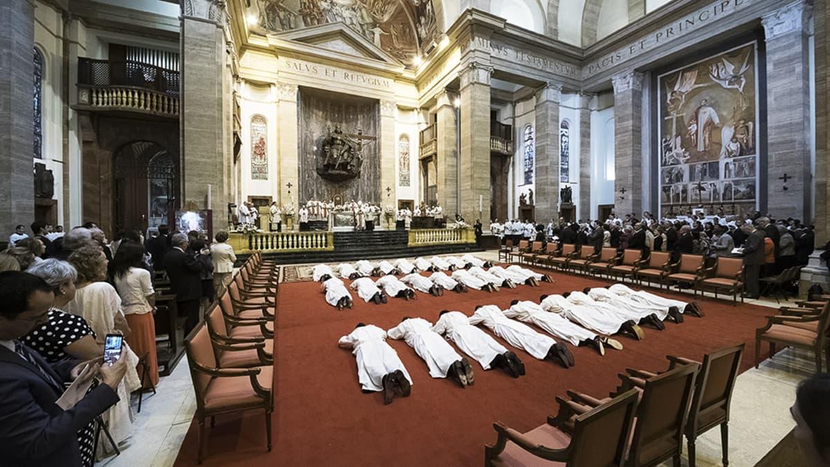 Opus Dei järjesti vihkimysseremonian järjestön uusille papeille huhtikuussa Sant'Eugenion basilikassa Roomassa.