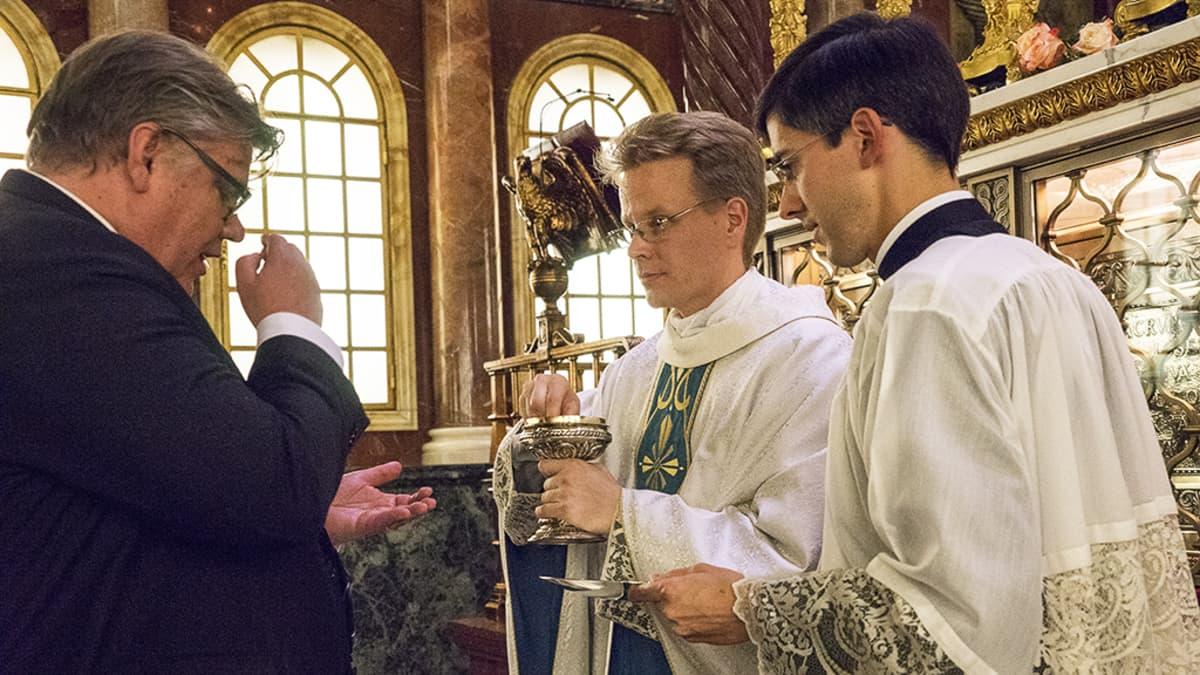 Ulkoministeri Timo Soini osallistui Oskari Juurikkalan pappisvihkimykseen Roomassa.