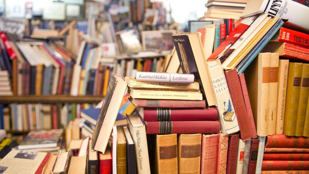 Kirjoja kirjakaupassa.