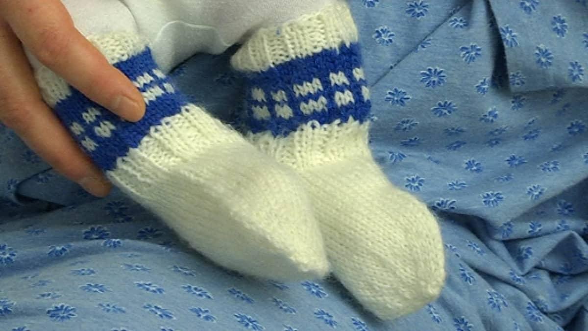 vauvalla villasukat jalassa