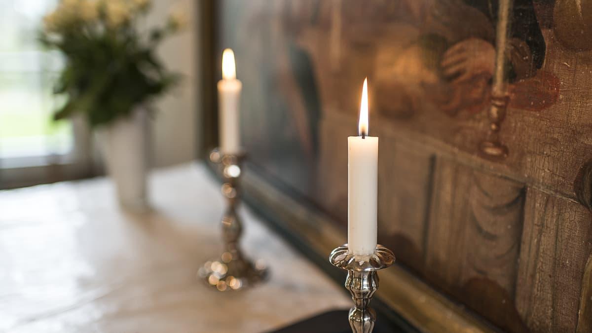 Kynttilöitä alttarilla.