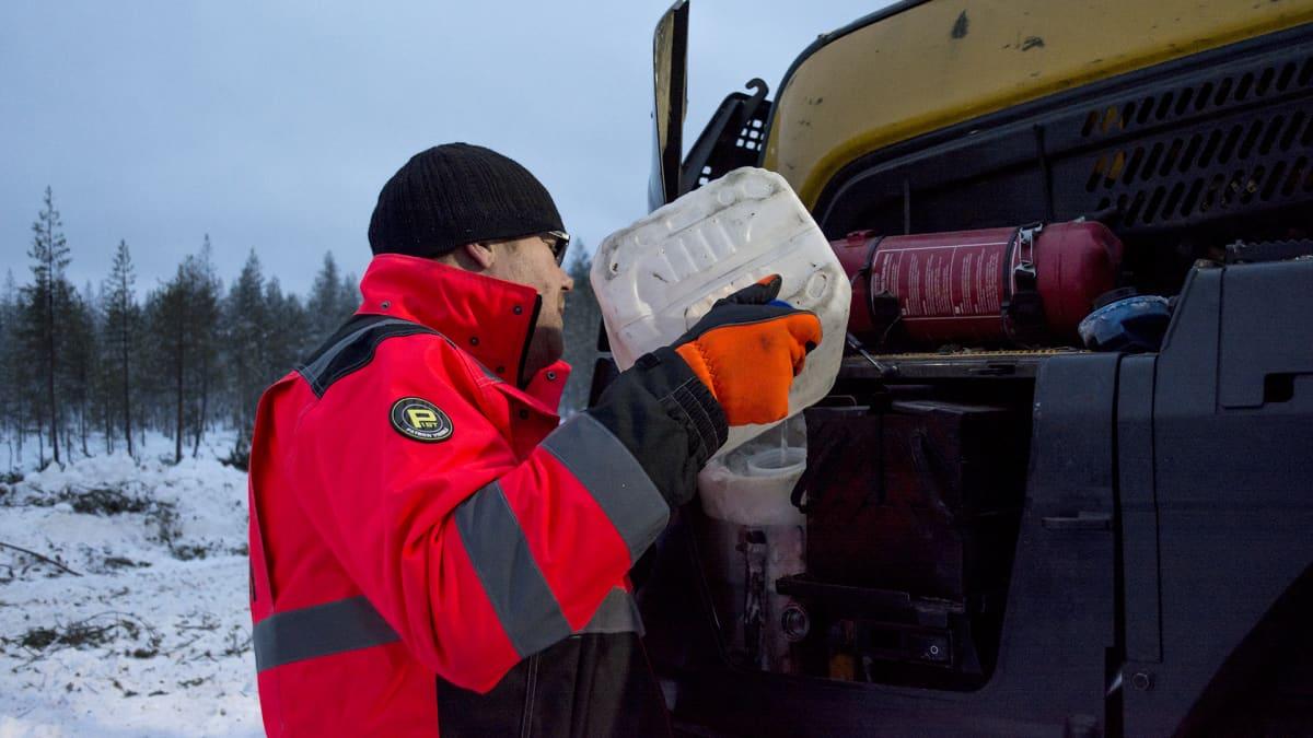 Metsäkoneenkuljettaja Iiro Pikkarainen.