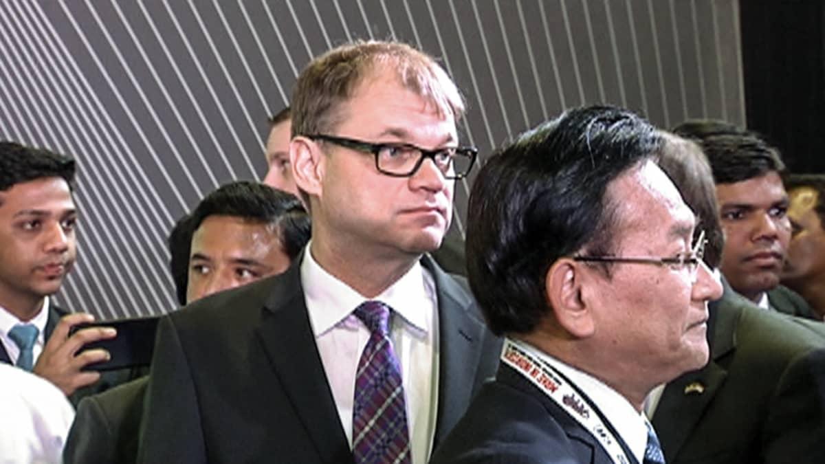 Juha Sipilä ja intialaisia virkailijoita