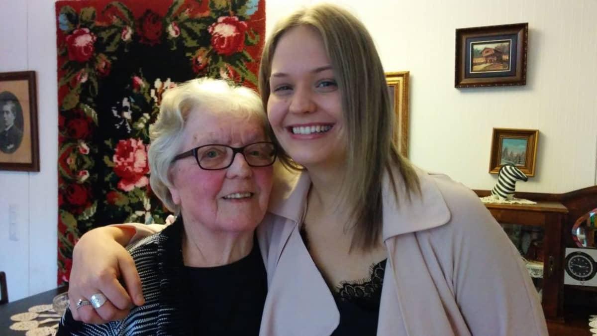 Nuori ja vanhempi nainen kuvassa.