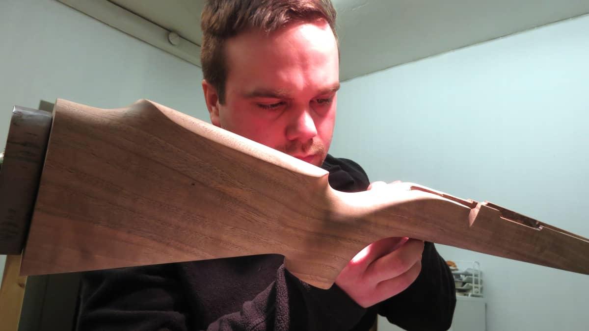 Lasse Smeds työstää aseen puuosaa