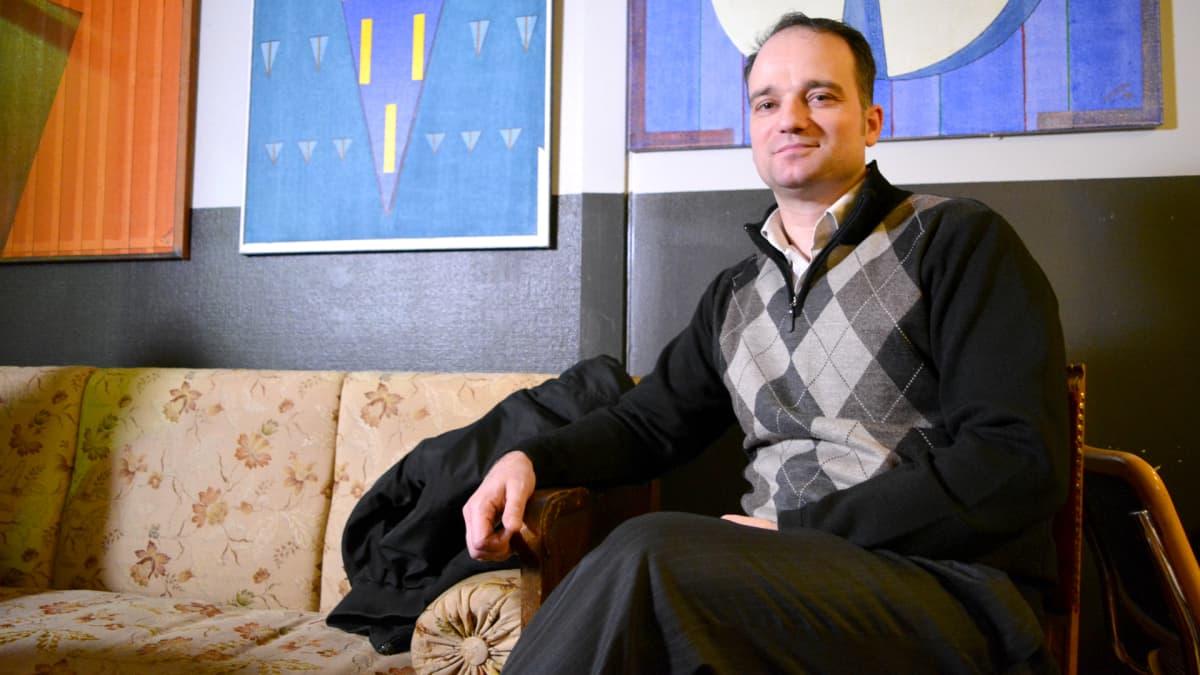 Kajaanin romanityöryhmän varapuheenjohtaja, yrittäjä Timi Lågström.