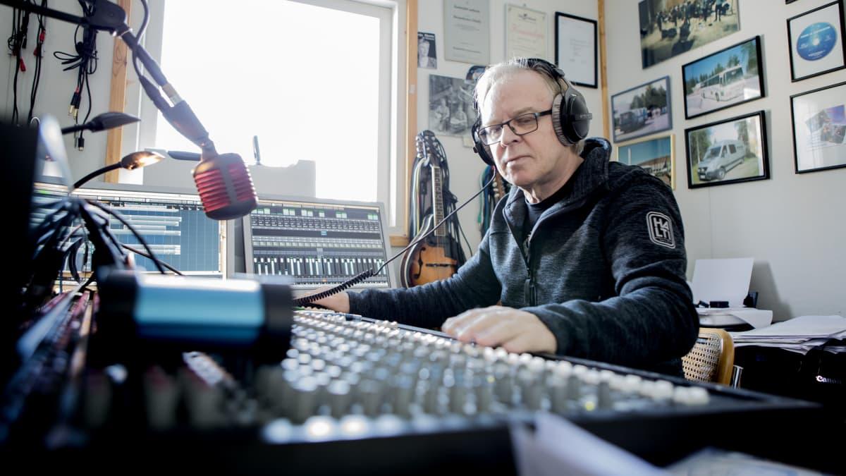 Pepe Kovanen äänitysstudiollaan.