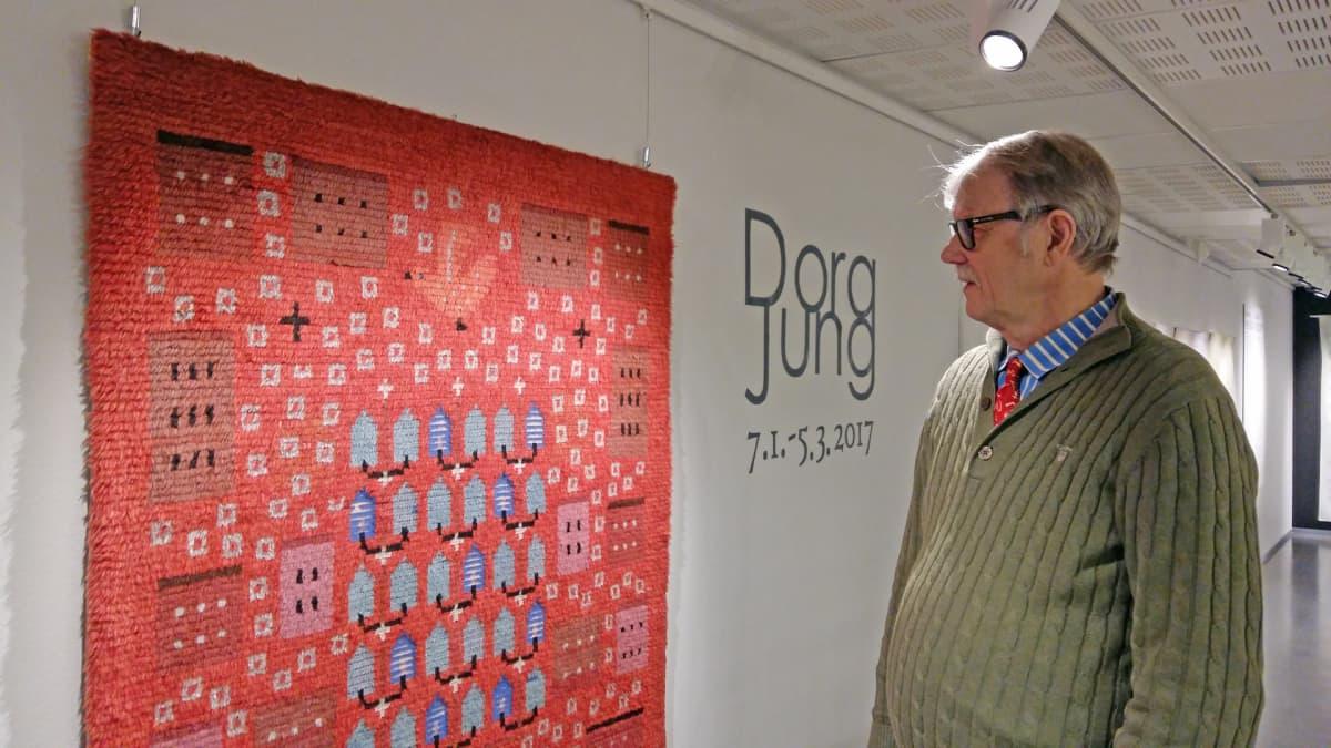 Tuomas Sopanen ja Dora Jungin suunnittelema ryijy Suomen käsityön museon näyttelyssä.