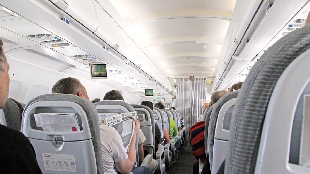 Matkustajia lentokoneessa.