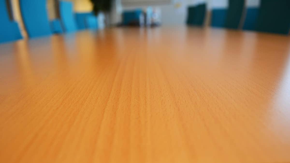 Pöytä ja tuoleja neuvotteluhuoneessa.