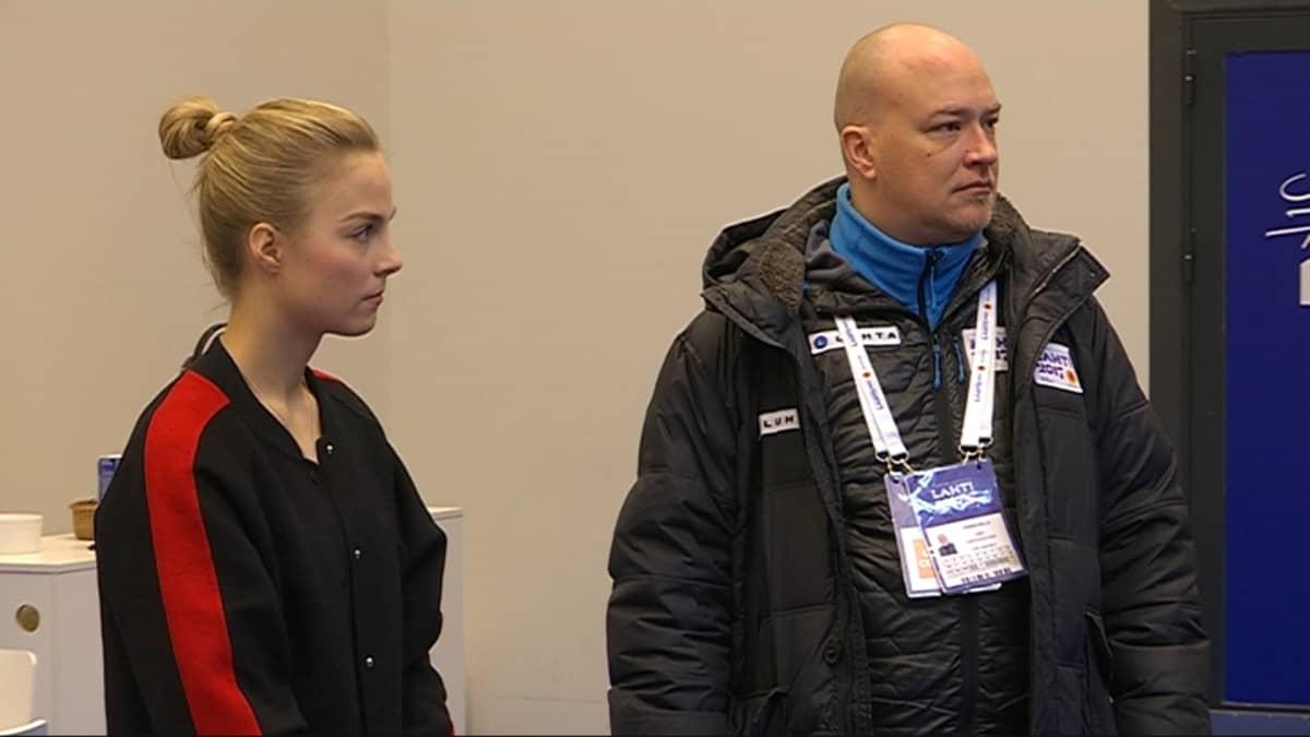 Kiira Korpi ja Hannu Kella Lahden MM-kisojen tiedotustilaisuudessa.