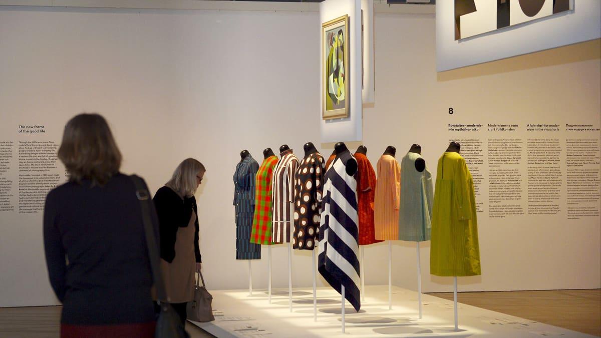 Marimekon tuotteita Modernia elämää! -näyttelyssä Tennispalatsissa Helsingin taidemuseossa.