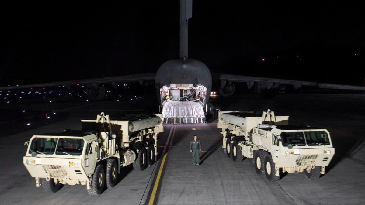 Yhdysvaltain asevoimat siirtävät THAAD-ohjuspuolustusjärjestelmänsä osia Etelä-Korean Pyeongtaekissa.