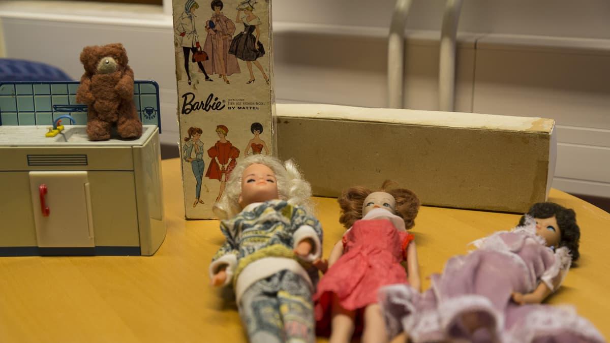 Barbie-nukkeja ja niiden tavaroita