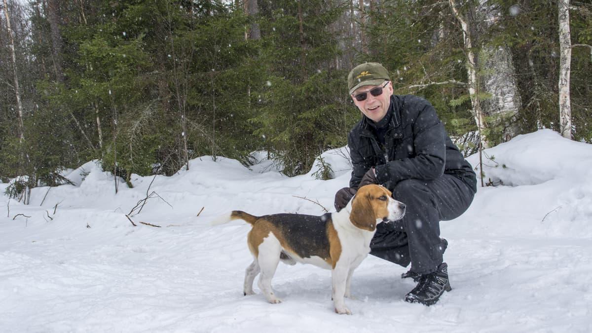 Ilmari Pulkkinen ja Bopi-beagle