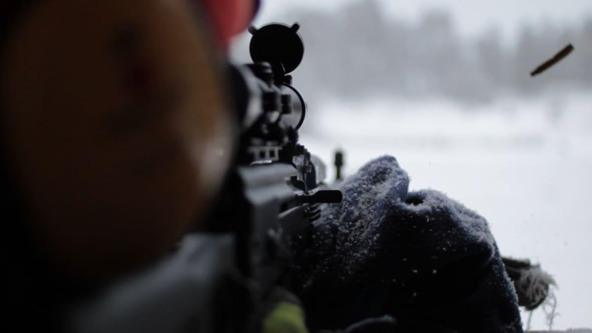 Árpád Kovács ampuu rynnäkkökiväärillä
