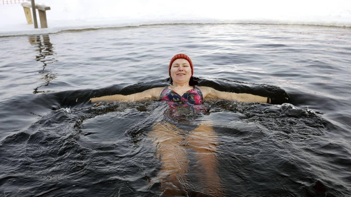 Nainen ui avannossa napapiirillä.