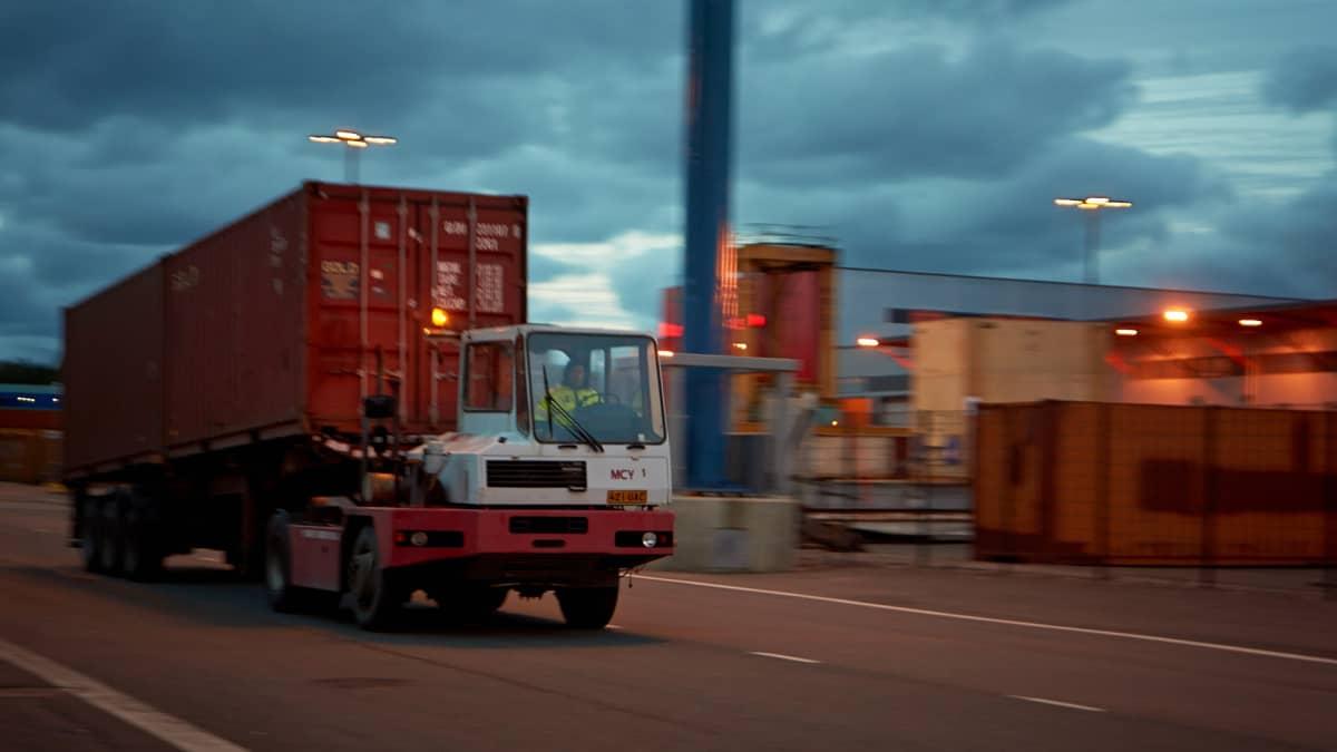 Terminaalitraktori siirtää konttia vauhdilla Vuosaaren satamassa.