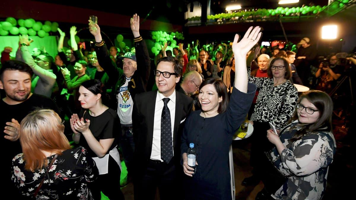 Pormestariehdokas Anni Sinnemäki ja ja puoliso Anton Monti vihreiden vaalivalvojaisissa kuntavaalien vaalipäivänä Tavastia-klubilla Helsingissä 9. huhtikuuta.