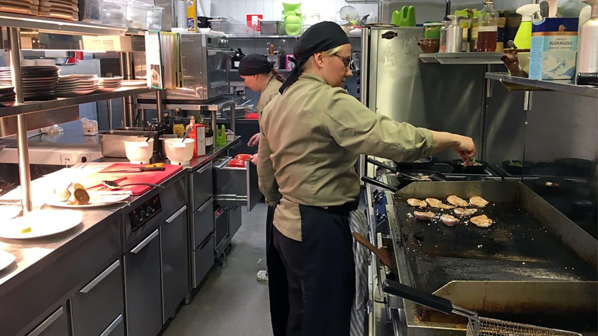 Ravintola Anguksen keittiössä kokkeja töissä.
