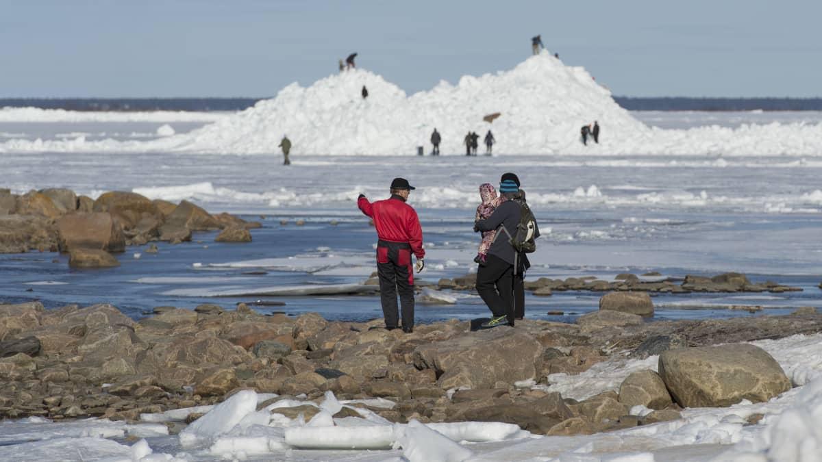 Ihmiset ihmettelevät rannalle kasaantunutta jäätä Kokkolan Ohtakarissa.