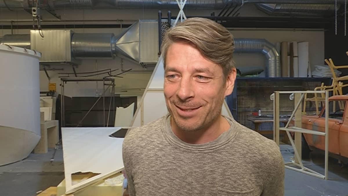 Nätti-Jussin seikkailut -näytelmän pääosan esittäjä Marko Syysmaa haastateltavana valmisteilla olevissa lavasteissa.