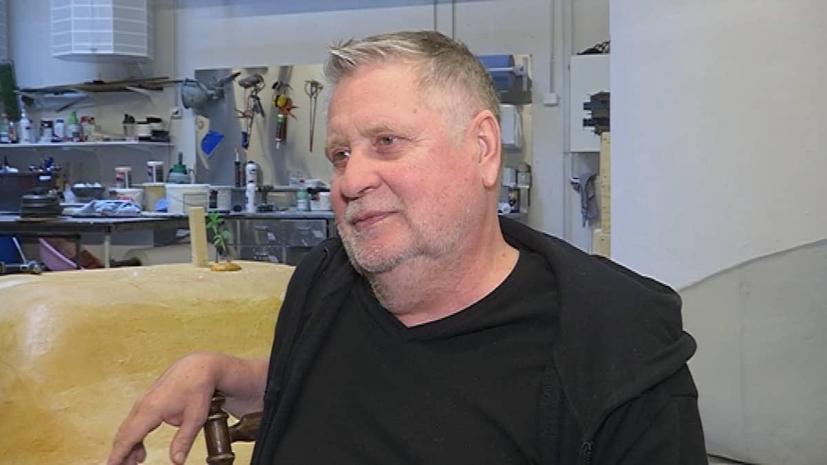 Nätti-Jussin seikkailut -näytelmän ohjaaja Kari Väänänen haastateltavana valmisteilla olevissa lavasteissa.
