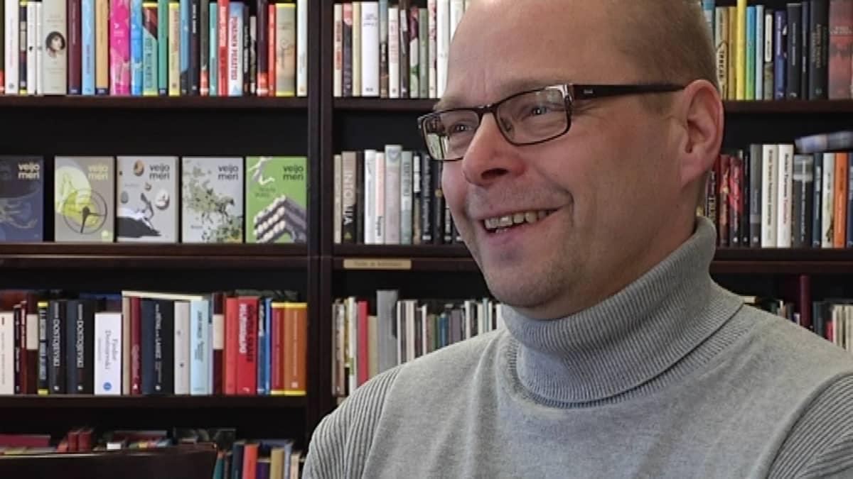 Roope Lipasti on Kirjan ja ruusun päivän tämän vuoden nimikkokirjailija.
