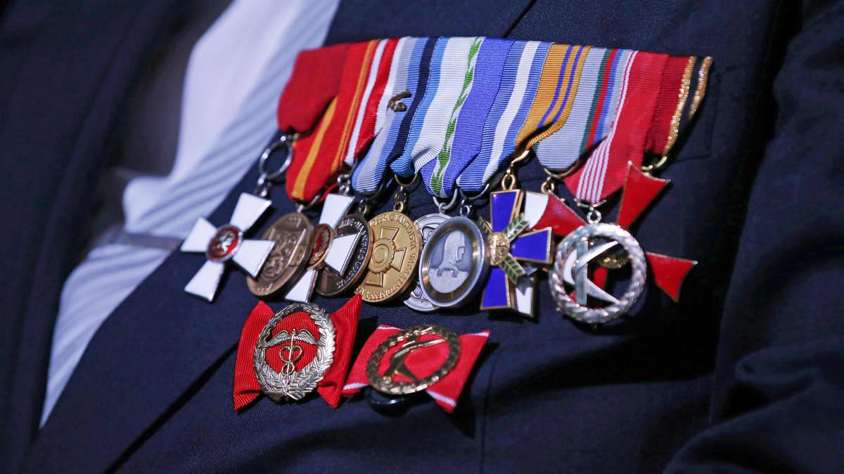 Kunniamerkkejä sotaveteraanin rinnassa.