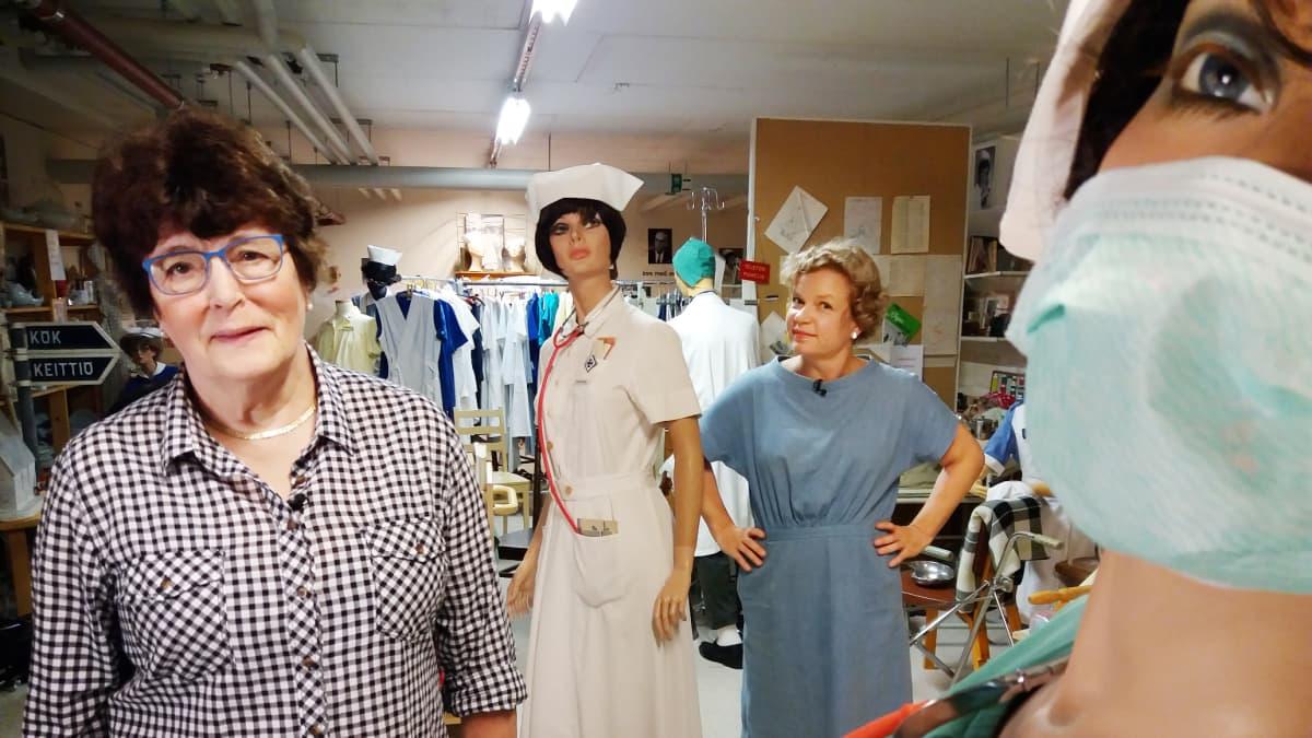Tammisaaren sairaalan kellarissa sijaitsee sairaanhoitaja Tina Rosströmin valtakunta. Hän on ottanut työuransa varrelta talteen sairaalan historiaa ja muistoja mm. lakkautetulta synnytysosastolta. Kuvassa vasemmalla Tiina Roström, takana toimittaja Minna Joenniemi.