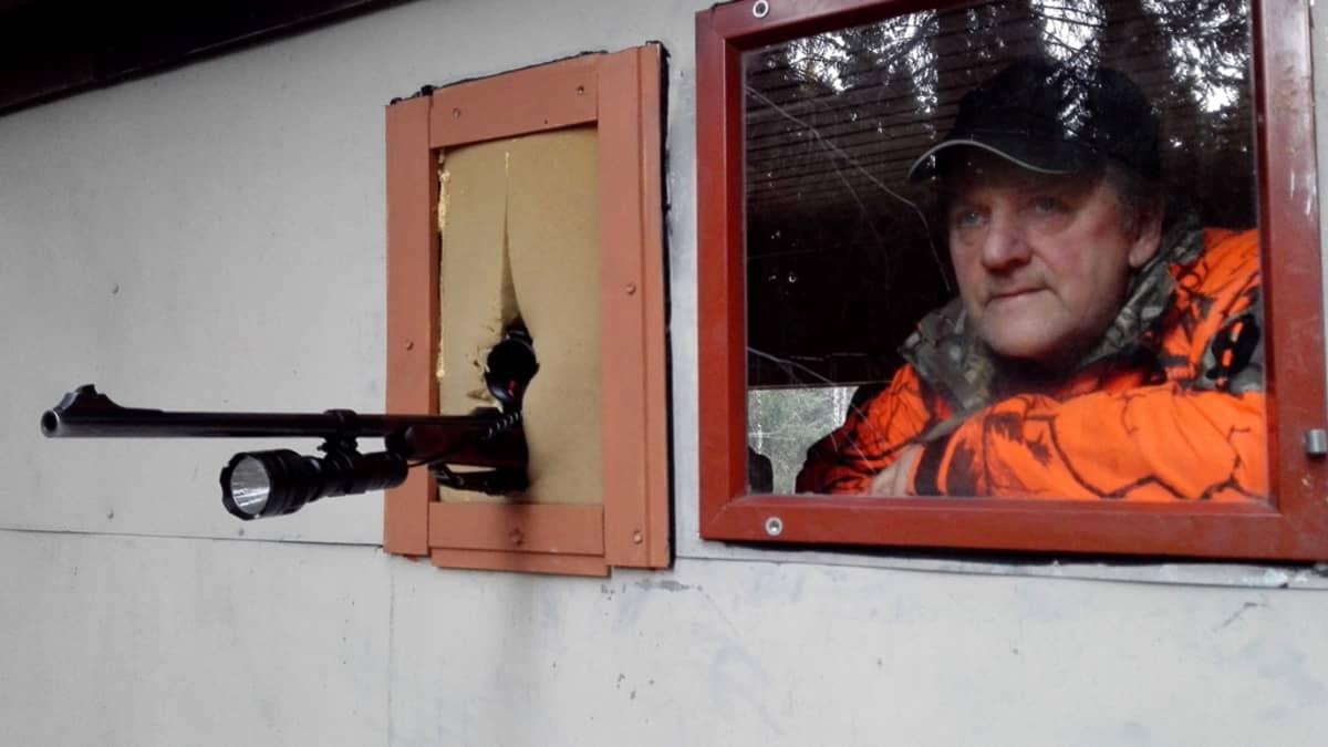Ikkunasta on hyvä tarkkailla tuleeko ruokintapaikalle riistaa