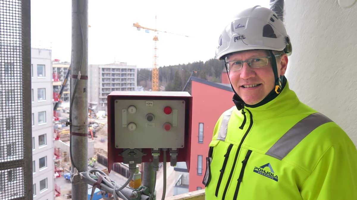Miikka Routama rakennustyömaalla.