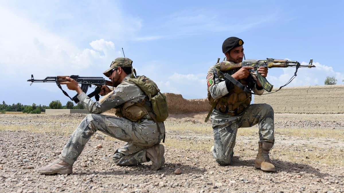 kaksi sotilasta tähtää kivääreillään