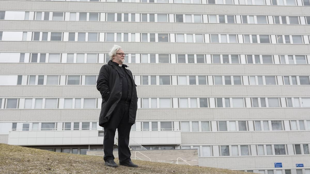 Mies seisoo sairaalan edessä