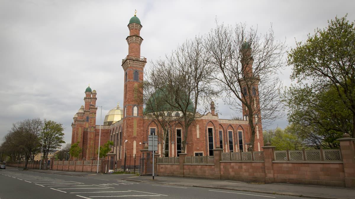 Bradfordin uusi suurmoskeija, jossa on neljä minareettia sekä kultainen ja vihreä kupoli.