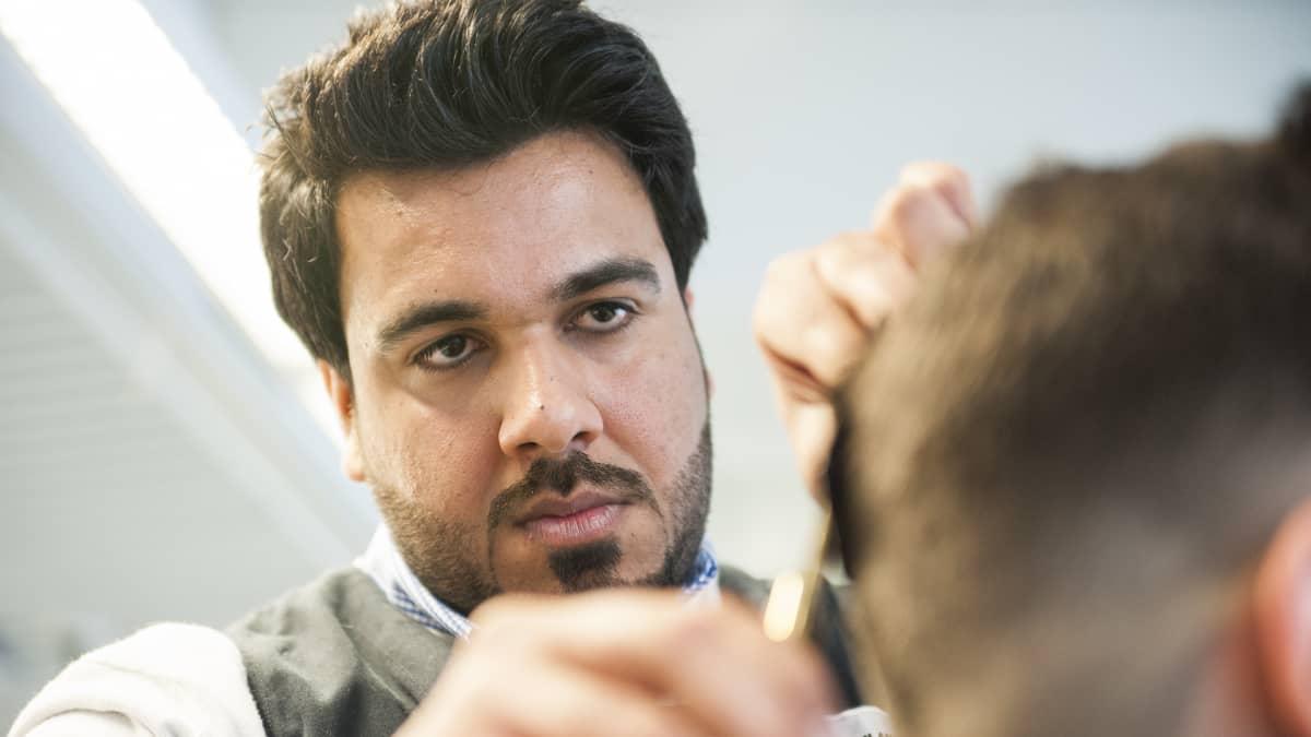 Ahmad Jaazen unelmana on perustaa joskus oma parturiliike