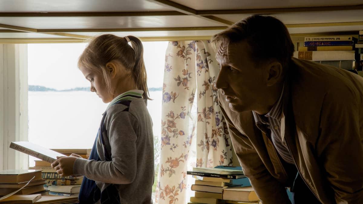 Katto-elokuvan lehdistökuva, jossa pieni tyttö ja aikuinen mies puolikuvassa.