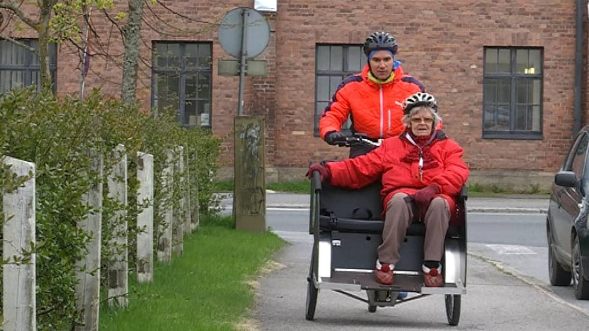 Arttu Kukko ja Eila Storås pyörälenkillä