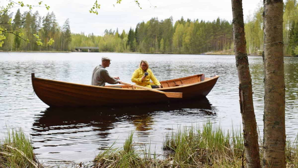 Soutuvene järvellä.