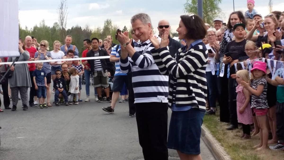 Presidentti Sauli Niinistö ja rouva Jenni Haukio taputtavat kansalaisjuhlan esiintyjille.