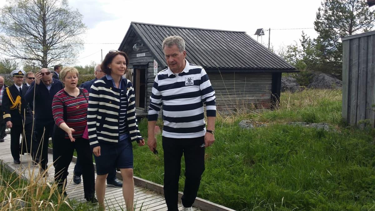Presidenttipari Tankarissa perässään Kokkolan kaupunginjohtaja ja muita kaupungin edustajia.