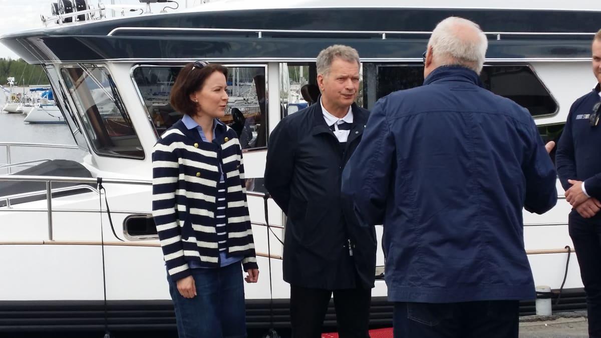 Rouva Jenni Haukio ja presidentti Sauli Niinistö lähdössä kohti Tankarin saarta.