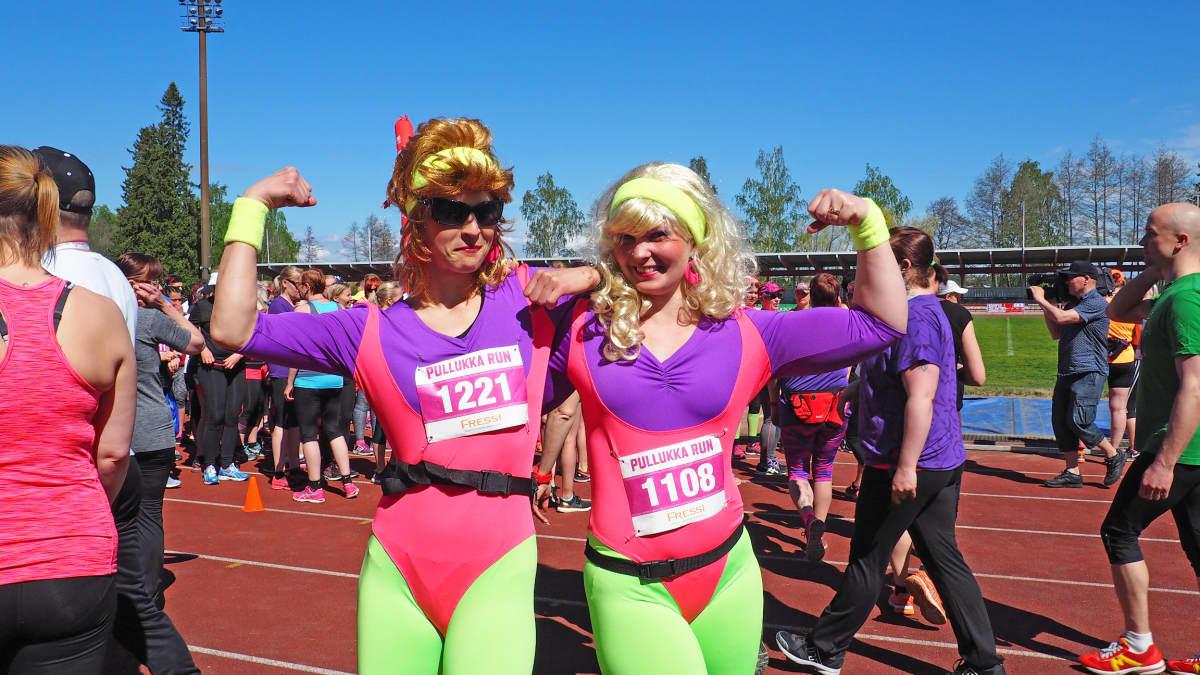 Pullukka Run 2017 osallistujia värikkäissä vaatteissa.