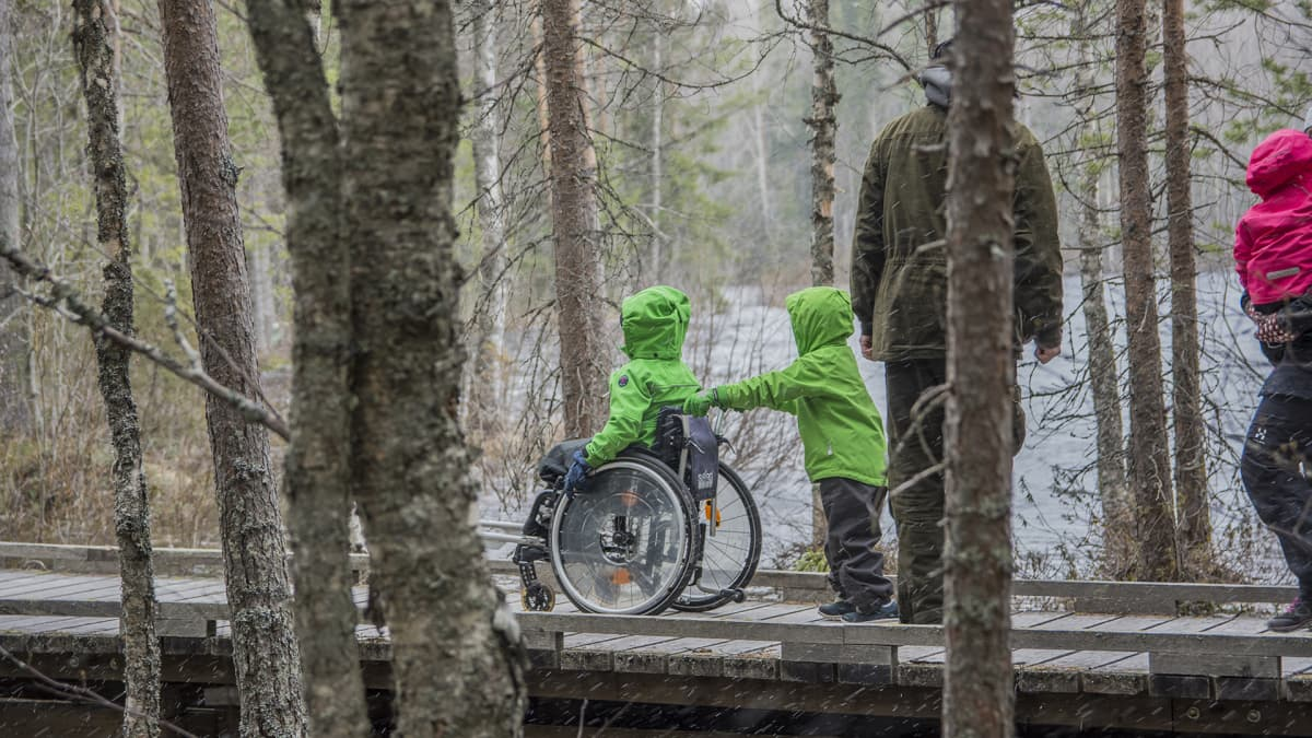 Kaarle Kähkönen työntää Konstan pyörätuolia.