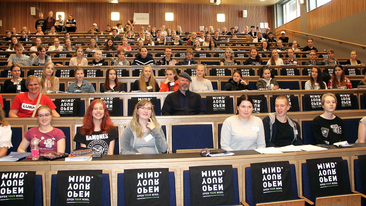 Jamie Hyneman ja opiskelijoita auditoriossa