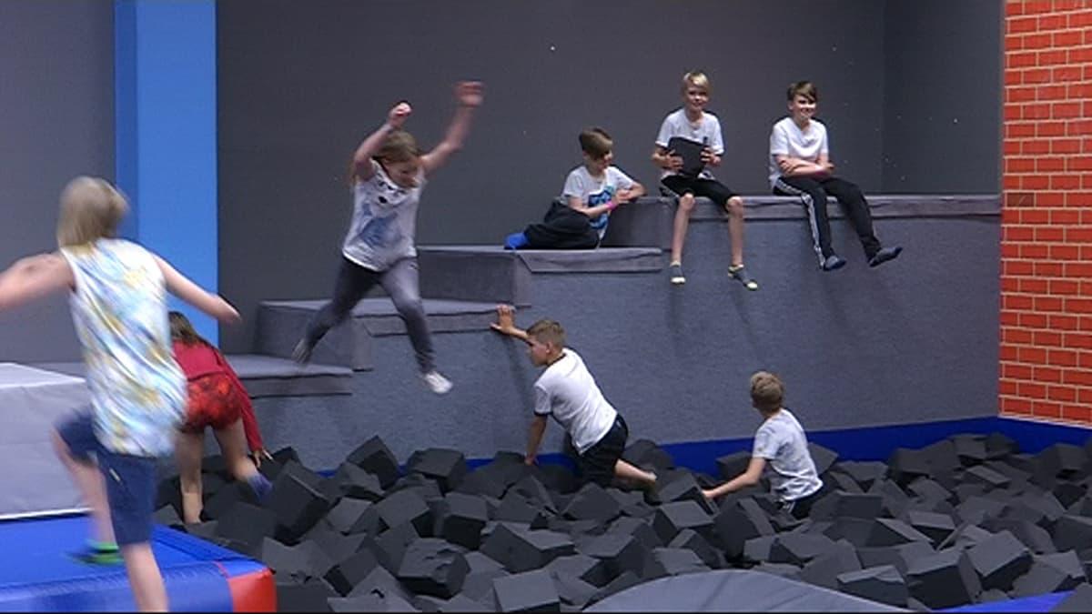 Lapset leikkivä Actionparkissa Kouvolassa.