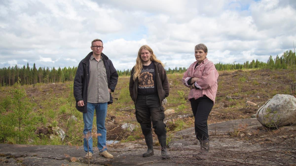 Valkeakosken Kaapelinkulman asukkaat Kalle Laurila, Markku Heritty ja Ritva Taskinen seisovat tulevan kultakaivoksen paikalla.