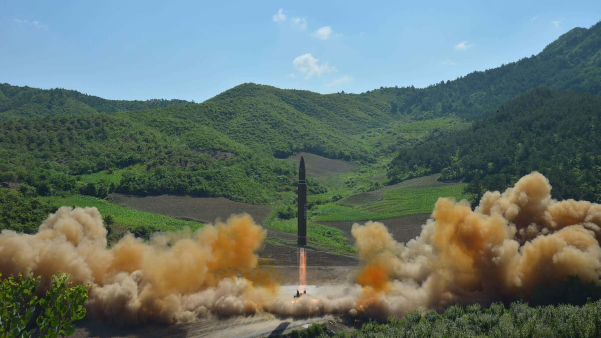 Pohjois-Korean uutistoimisto KCNA julkaisi kuvan, joka näyttää sen mukaan mannertenvälisen 4. heinäkuuta tapahtuneen Hwasong-14-ohjuksen laukaisun.