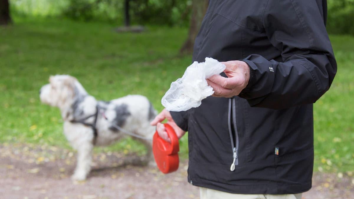 Ulkoiluttajalla on mukanaan oma jätepussi